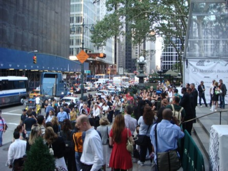 20070906-fashion-week-03-crowd-at-6th-avenue-entrance.jpg