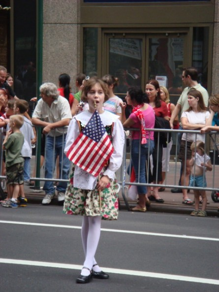 20071007-pulaski-parade-35-little-girl-awaiting.jpg