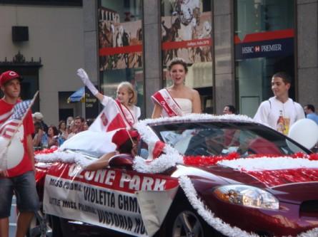 20071007-pulaski-parade-47-miss-polonia-ozone-park-violetta-chmura-and-little-miss-victoria-nowinski.jpg