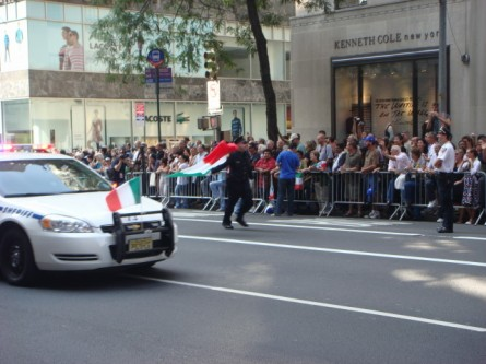 20071008-columbus-day-parade-14-running-cop.jpg