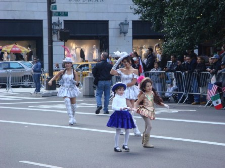 20071014-hispanic-columbus-day-16-girls-and-dancers.jpg