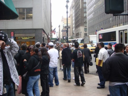 20071026-midtown-bomb-08-crowd-watching.jpg