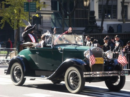 20071111-veterans-day-parade-65-royalty-in-vintage-car.jpg