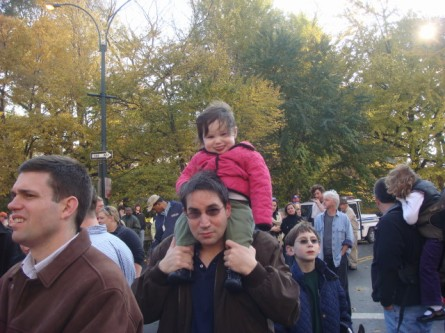 20071122-macys-thanksgiving-parade-03-girl-on-dads-shoulders.jpg