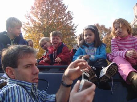 20071122-macys-thanksgiving-parade-25-kids-on-truck-in-tears.jpg