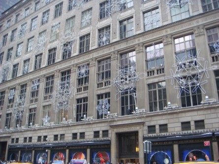 20071202-saks-christmas-display-01-saks-front.jpg