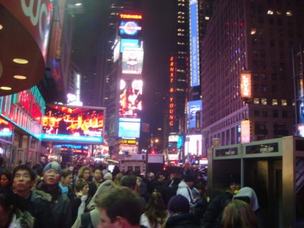 20071222-times-square-christmas-crowds-03.jpg