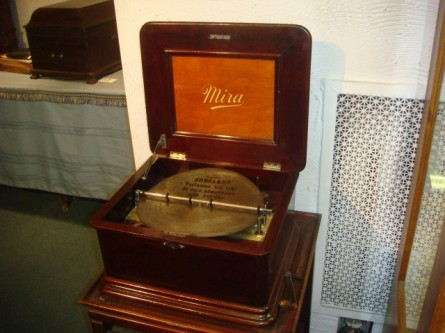 20080126-rita-ford-music-boxes-05.jpg